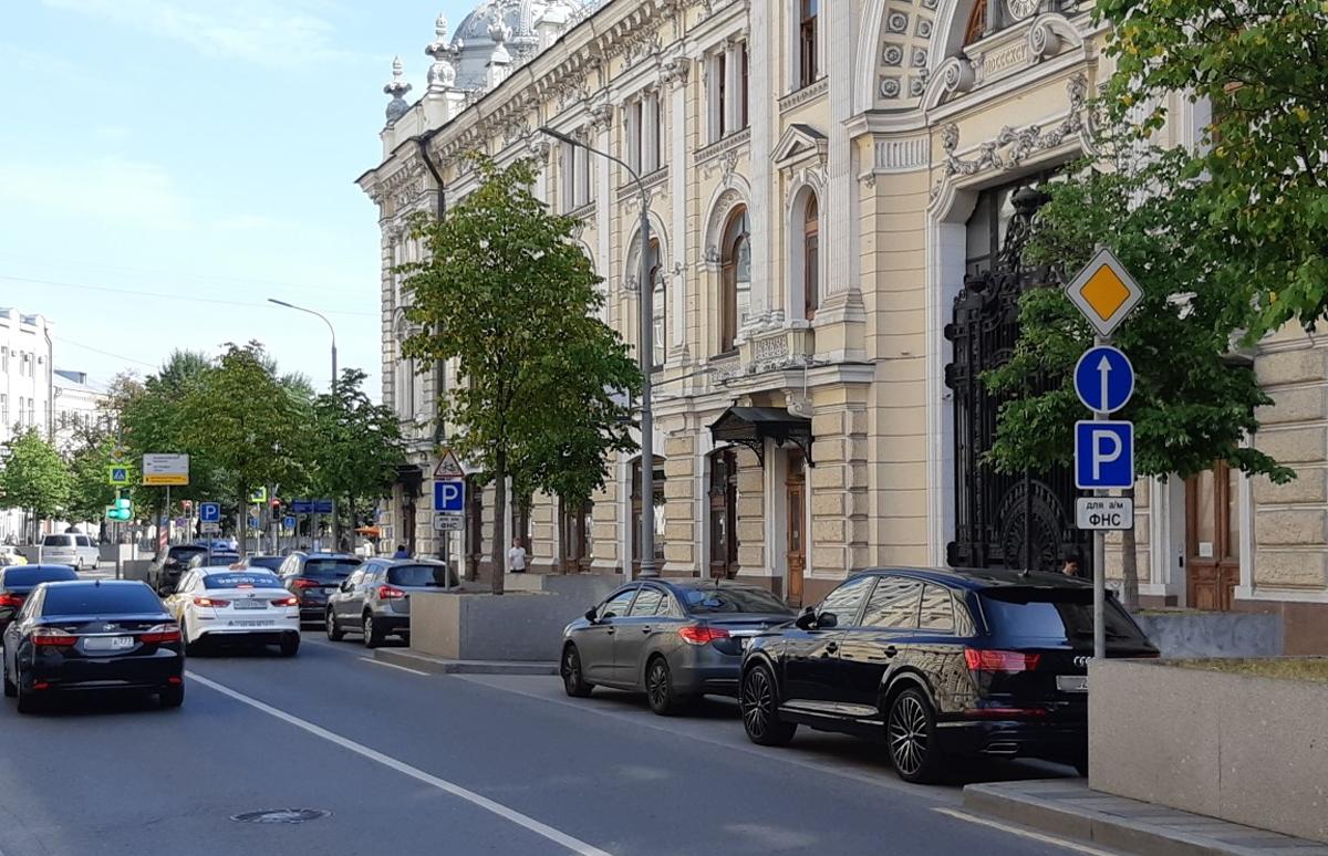 В центре Москвы часть платных парковок отдали под служебные